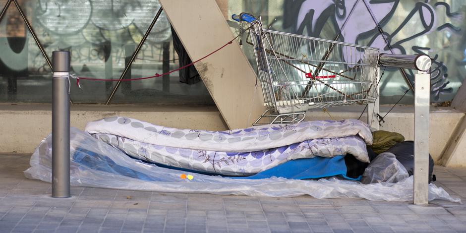 Espais de proximitat a tot Barcelona, una solució d'urgència per a les 1.026 persones que dormen al carrer